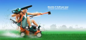 Man gekleed in bergschoenen en een veiligheidsbril rijdt op een grasmaaier met heggenzaag en handbijl klaar om te klussen